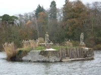 Tombe au centre du lac
